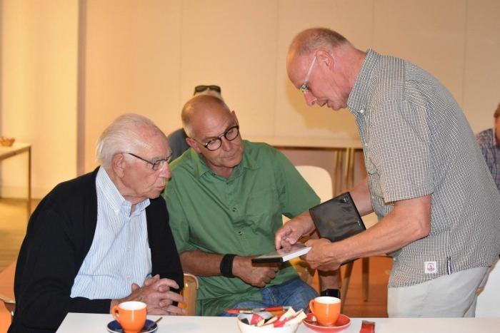 Jan Gerritsen (links) krijgt een eerste exemplaar van de film overhandigd door Wim Lubbers. Foto José Rasing