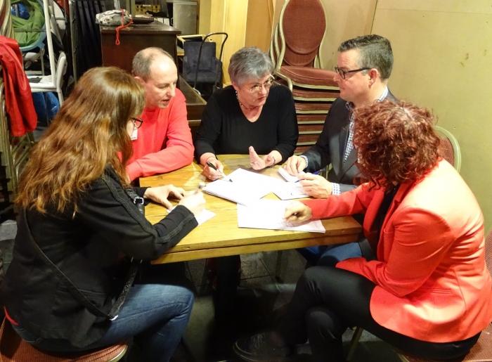 Achter de schermen mochten de partijen het geld verdelen. Hier de PvdA in discussie.